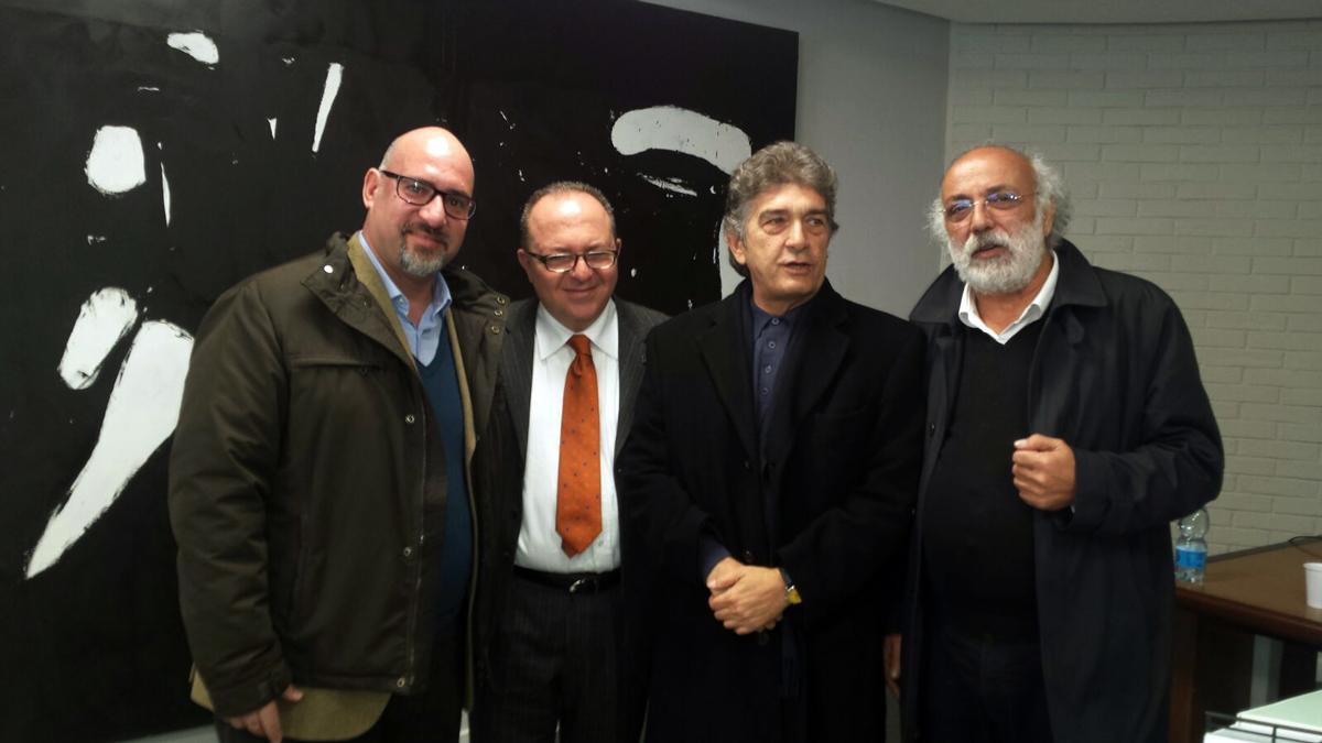 Costas Michos, Marco Galdi e Andreas Andreou con l'artista Kostas Varotsos