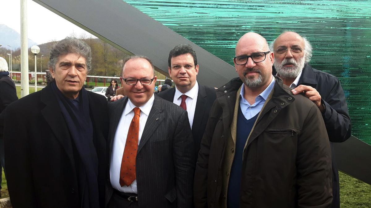La delegazione ellenica appogiata da Marco Galdi insieme all'artista e il Rettore dell'Università di Aristotele Salonicco, Periclis Mitkas
